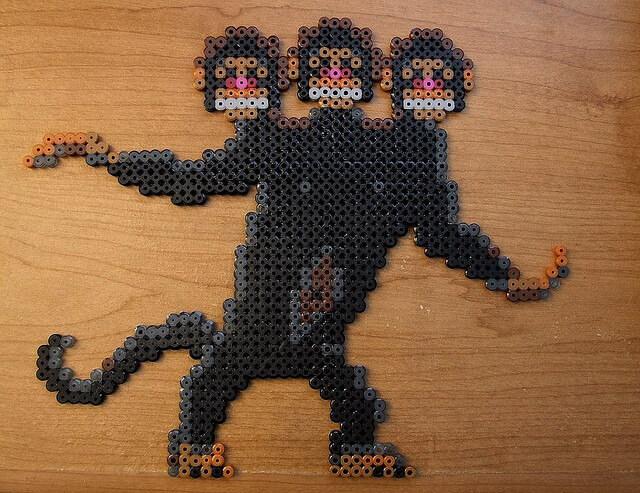 Ein drei-köpfiger Affe