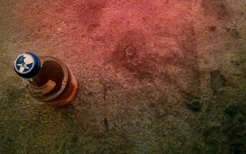 Club Mate Flasche auf Betonboden