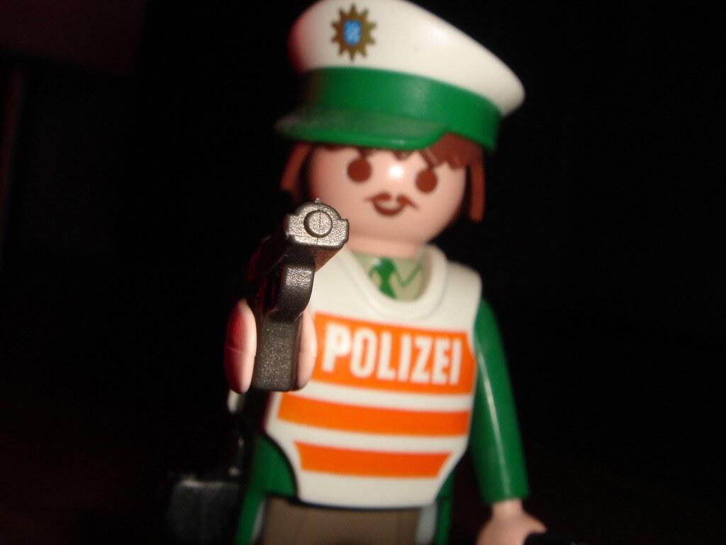 Playmobil-Polizist mit Waffe