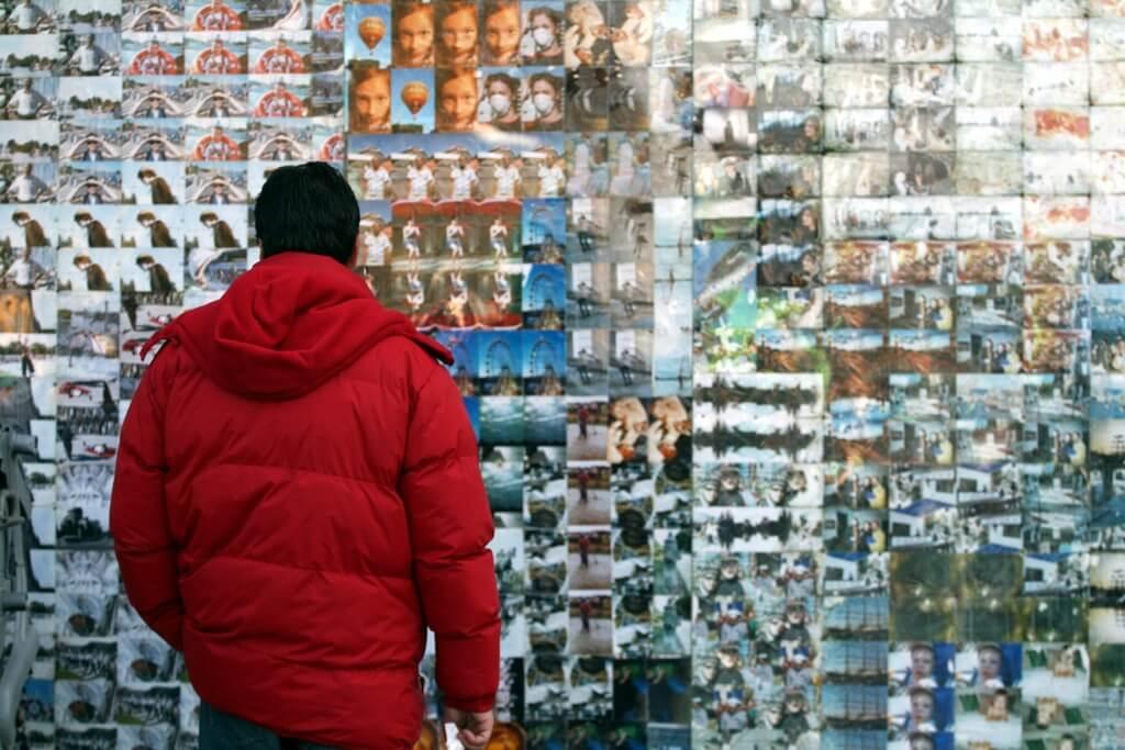 Ein Mann guckt sich viele Fotos an