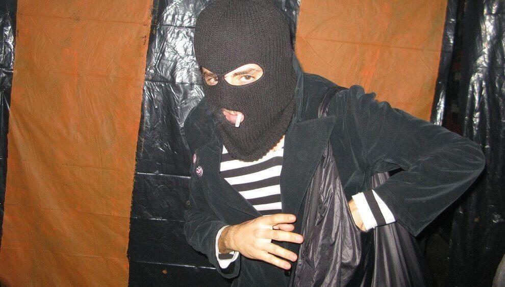 Als Einbrecher verkleideter Typ