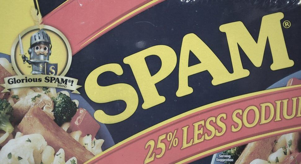 Etikett einer Dose Frühstücksfleisch, welches auf Englisch Spam heißt.