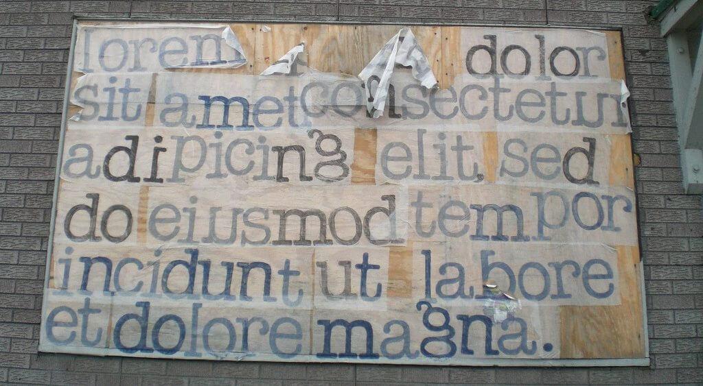 """Großflächenplakat mit abgeblättertem """"Lorem Ipsum""""-Text"""