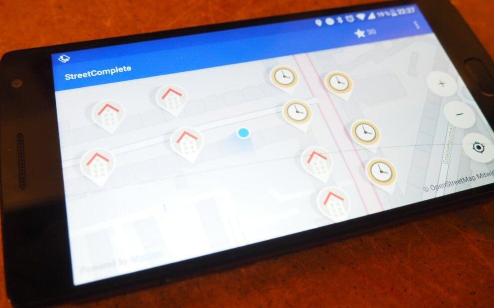 Foto von einem Smartphone auf dem StreetComplete läuft