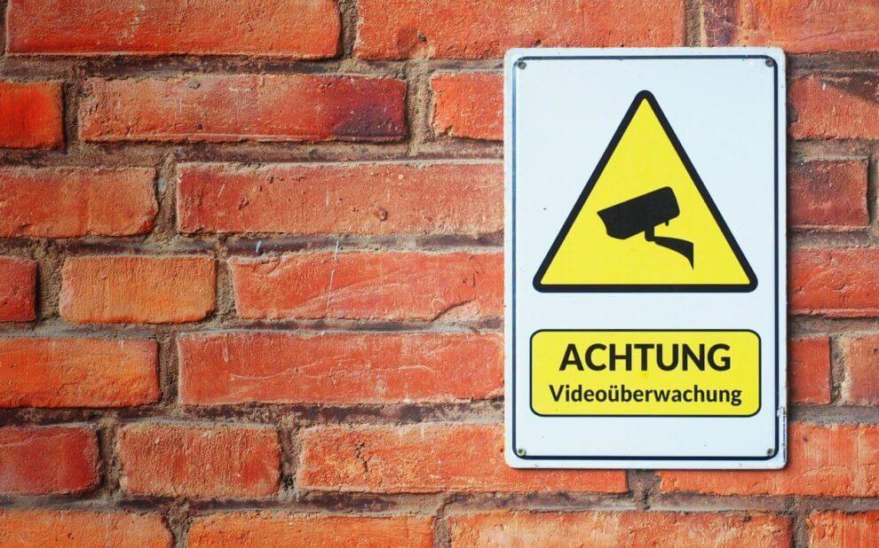 Schild an roter Ziegelwand: