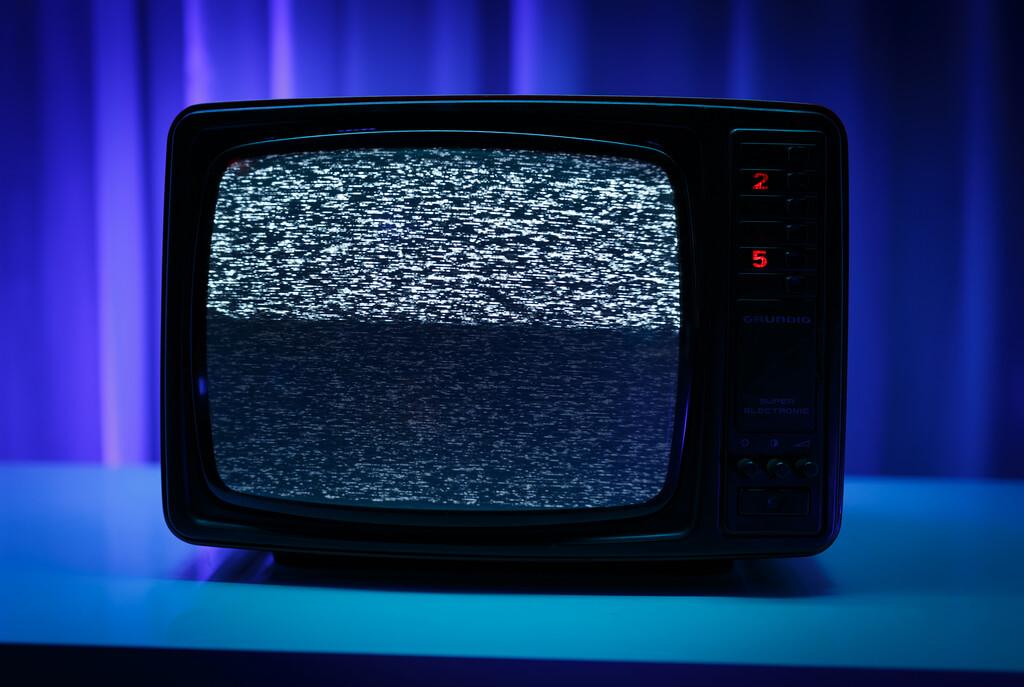 Alter, kleiner Röhren-Fernseher mit Bildrauschen.