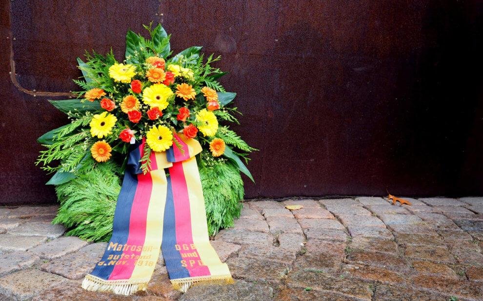 Kranzniederlegung von DGB und SPD am Revolutionsdenkmal in Kiel