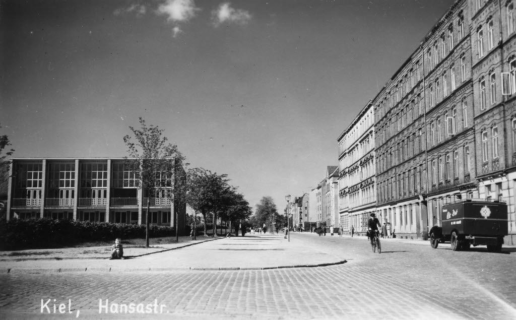 Blickrichtung Olshausenstraße. Im Bild links die Goetheschule.