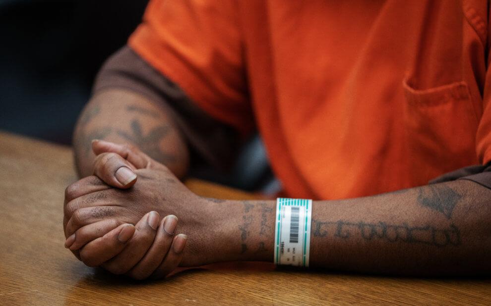 Mann in Gefängnisuniform im Gericht