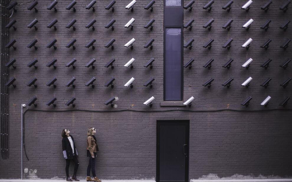 Gebäude mit vielen Überwachungskameras