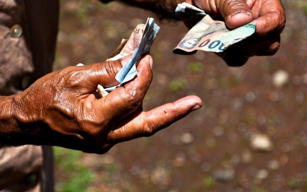 Alter man zählt Geldscheine