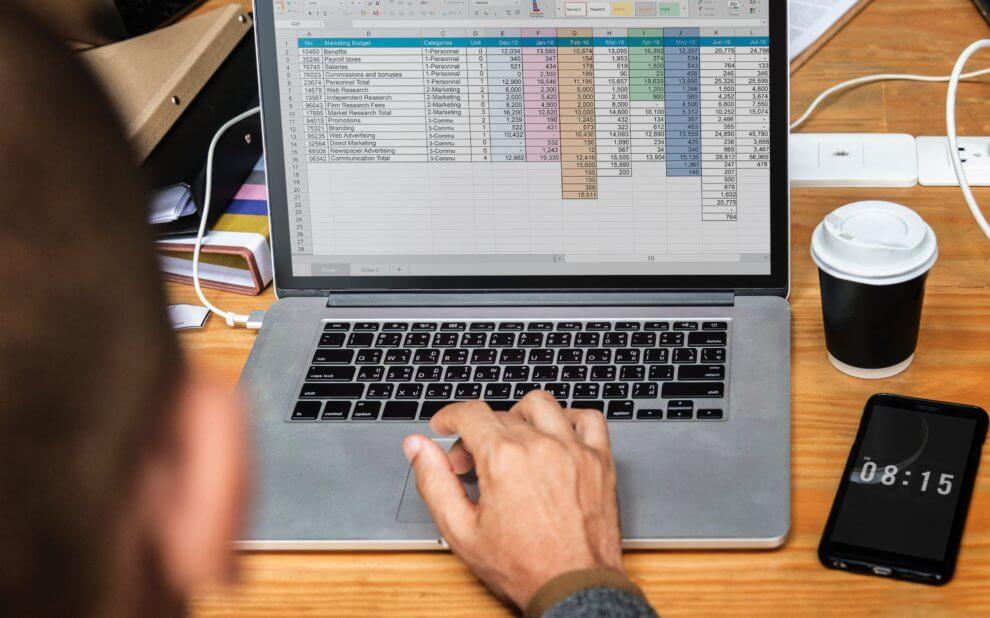 Symbolbild: Mensch bearbeitet Tabelle an einem Laptop