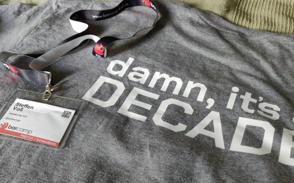 T-Shirt mit dem Rückenaufdruck