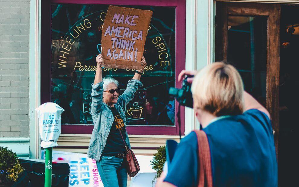 Frau mit einem Protestschild: