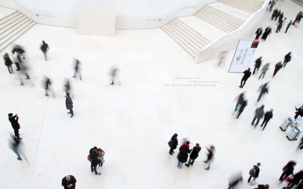 Menschen verteilt in einem großen Raum