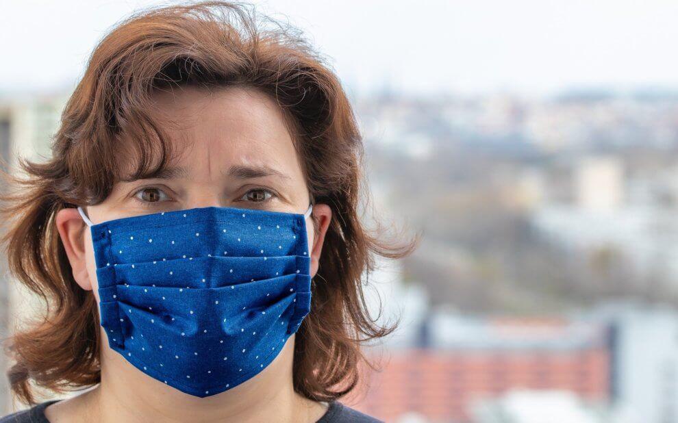 Frau mit selbstgenähter Gesichtsmaske