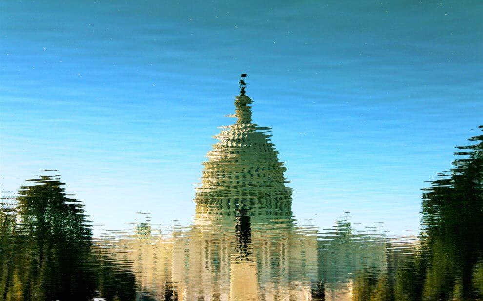 Wasserfläche reflektiert den US-Kongress