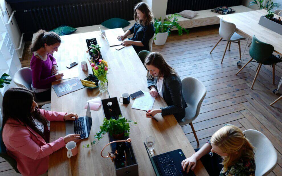 Menschen arbeiten im CoWorking-Space